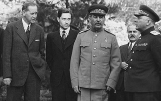 Harry_Hopkins_Josef_Stalin_Tehran_1943-e1370475428675