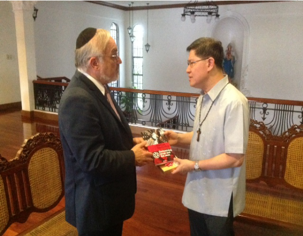 Rabbi Cooper hands cardinal of phillipines demonizing Israel and the Jews 14.11.2013
