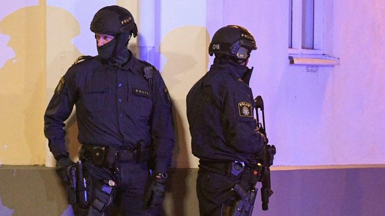 [Image: swede-police-guard-police-stations.jpg]